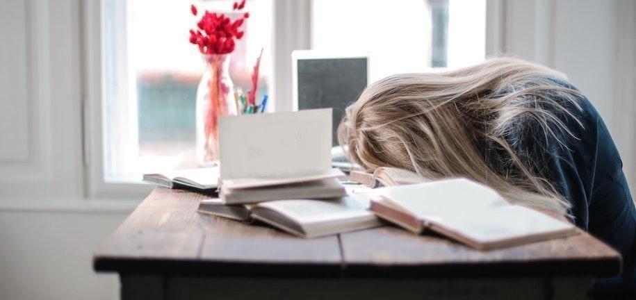 5 Gründe, warum du dich ständig müde fühlst und Lösungen